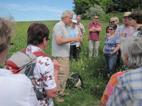 Dr. Herter bei der Pflanzenbestimmung, Blumernwiesenfest Gammertingen